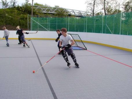 Inline-Hockey auf festen Kunststoffboden
